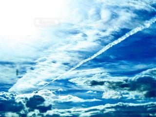 飛行機雲と青空の写真・画像素材[2355453]