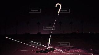 夜にライトアップされる壊れた傘の写真・画像素材[2408933]