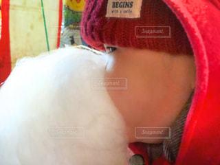 赤い帽子をかぶった人のクローズアップの写真・画像素材[2840297]