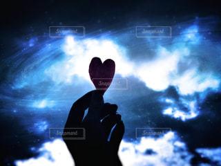 暗闇の中に立っている人の写真・画像素材[2879678]