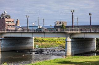 水域を渡る橋を渡る列車の写真・画像素材[2555953]