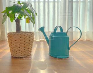 テーブルの上に座っている花瓶の写真・画像素材[3212159]
