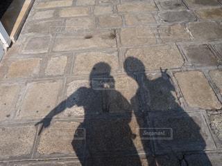 ピースをする影の写真・画像素材[2064712]
