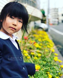 黄色い花と制服の写真・画像素材[2064809]