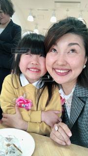 親子モデルの卒園式の写真・画像素材[2065215]
