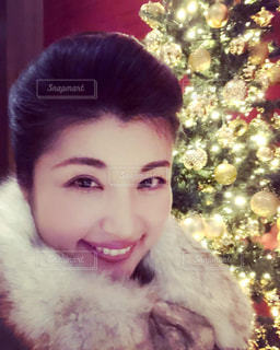 クリスマスツリーの前での写真・画像素材[2065283]