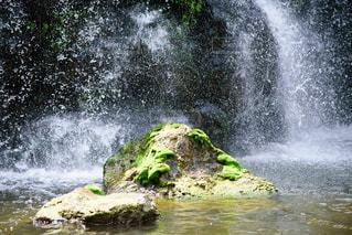 水域に滝の写真・画像素材[2369538]