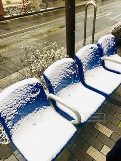 うっすら雪が積もるベンチの写真・画像素材[2077797]