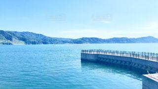 桟橋と海と山の写真・画像素材[2078123]