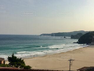 田舎の窓から見る海の景色の写真・画像素材[2103335]
