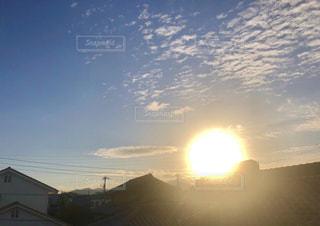 昇る朝日と街の家々の写真・画像素材[2113575]