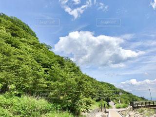 新緑の山と青い空の写真・画像素材[2113735]