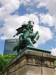 建物の前にある像の写真・画像素材[2354066]