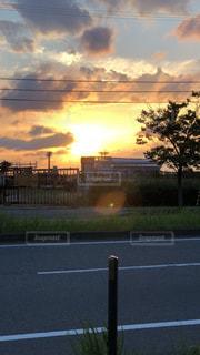 仕事帰り夕日の写真・画像素材[2069637]