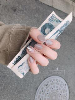 お金を持つ手(new nail)の写真・画像素材[2103557]