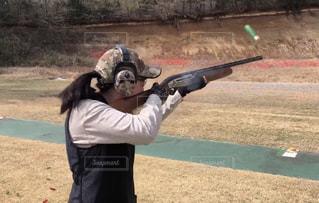 クレー射撃をする女性の写真・画像素材[2075775]