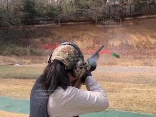 トラップ射撃をする女性射手の写真・画像素材[2089773]