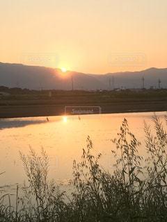 山に沈む夕日の写真・画像素材[2111424]