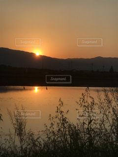 山に沈む夕日の写真・画像素材[2111426]