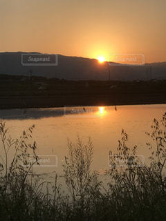 沈む夕日の写真・画像素材[2111428]