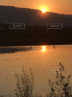 沈む夕日の写真・画像素材[2111429]