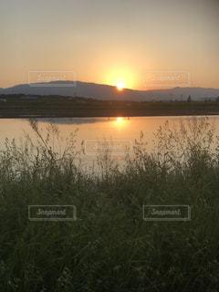 沈む夕日の写真・画像素材[2111430]