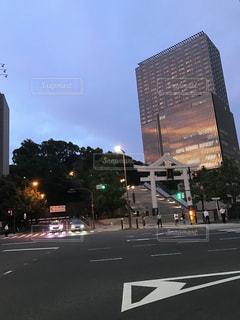 ビルに写る夕焼けの写真・画像素材[2119975]
