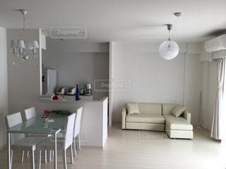 部屋の白い家具の写真・画像素材[2096173]