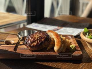 木製のまな板の上に食べ物のプレートの写真・画像素材[2078162]