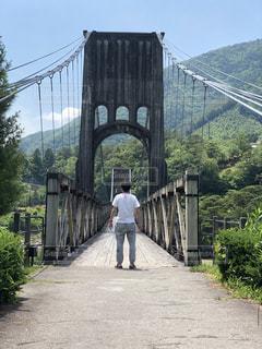 橋を渡って歩く男の写真・画像素材[2079282]