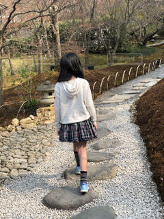 未舗装の道路を歩く少女の写真・画像素材[2079286]