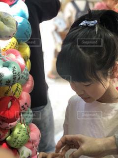 願いを書く女の子の写真・画像素材[2152422]