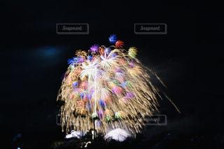 空の花火の写真・画像素材[2353772]