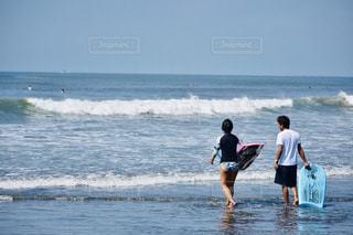 海に立っている男の写真・画像素材[2387015]
