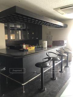 ステンレス製の電化製品付きのキッチンの写真・画像素材[2448798]