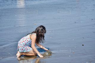 水の体の中の小さな女の子の写真・画像素材[2448821]