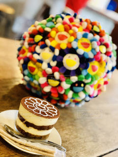 皿の上の飾られたケーキのクローズアップの写真・画像素材[2448922]