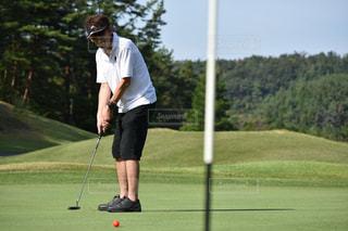 ゴルフクラブを持っている男の写真・画像素材[2460752]