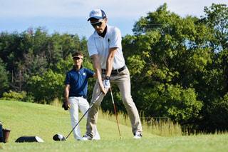 ゴルフをしている男の写真・画像素材[2460756]