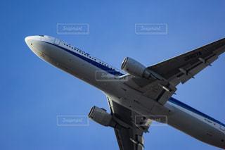 青空を飛んでいる大型ジェット旅客機の写真・画像素材[2131935]