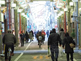通りを歩く人々 のグループの写真・画像素材[1700238]
