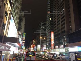 夜の忙しい街の写真・画像素材[2077728]