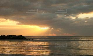 夜明けの太陽の写真・画像素材[2113540]