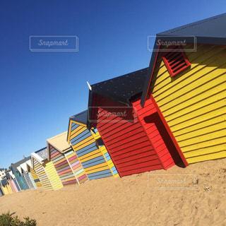 ボートハウスの並ぶ海岸の写真・画像素材[2078755]