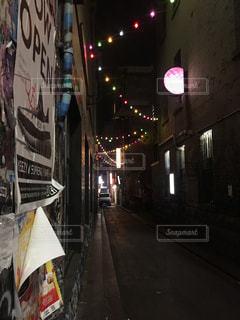 通り側にサインの写真・画像素材[2078810]