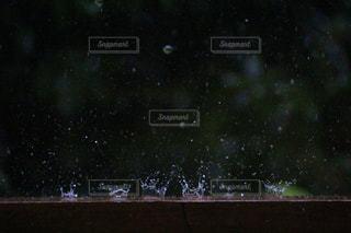 激しく叩きつけられ壊れる雨粒の写真・画像素材[2079945]