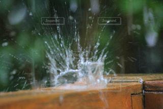 雨が王冠に変わる時の写真・画像素材[2082487]