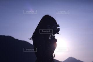 黒髪で夕焼けの人の写真・画像素材[2224421]