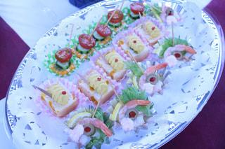 テーブルの上の食べ物の皿の写真・画像素材[2224442]