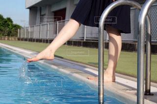 水のプールにいる少女の写真・画像素材[2224479]